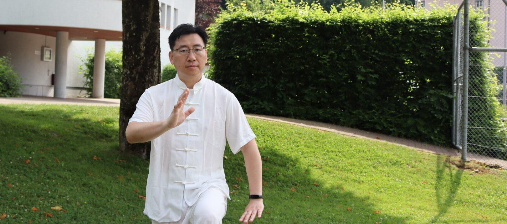 Therapeut Zhijun Chen beim Taiji (Taichi)